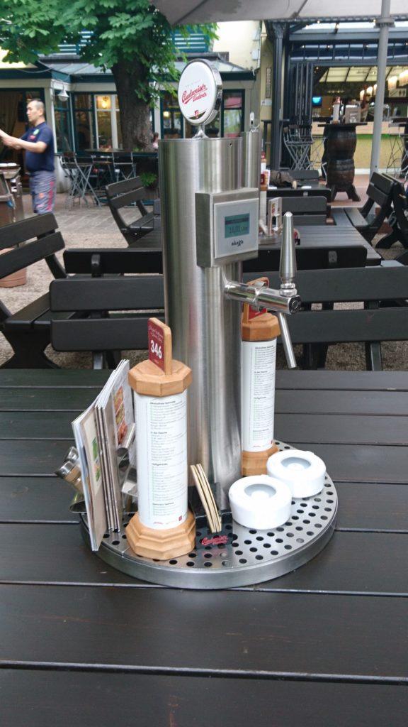 ウィーンで見つけた、各テーブルに設置された生ビールサーバー