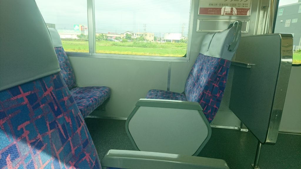 電車の対面シートの写真